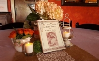 white lacec and ramoantic centerpiece